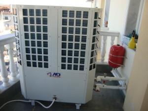 Η σύνδεση της αντλίας θερμότητας χαμηλών θερμοκρασιών στο μπαλκόνι του διαμερίσματος του κ. Αντώνη Μπάσδρα