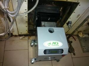 Ο καυστήρας πέλλετ 100 KW τοποθετήθηκε σε ειδική βάση για να είναι εύκολη η εξαγωγή του και ο καθαρισμός του χώρου καύσης