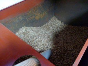 Καύση κουκουτσιού ελιάς με καυστήρα στον Πολύγυρο Χαλκιδικής